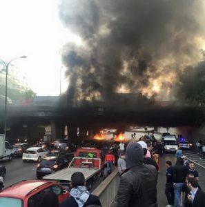 Manifestation des taxis Porte Maillot avec pneus incendiés