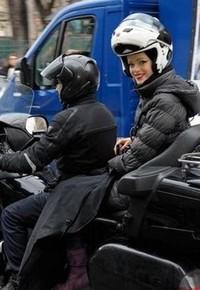 TAXI MOTO PARIS FASHION WEEK : Julia SANER Top Model suisse tout sourire sur le top siège de la top moto