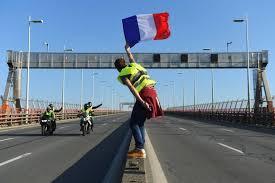 Un drapeau tricolore des gilets jaunes et des motos sur une autoroute déserte